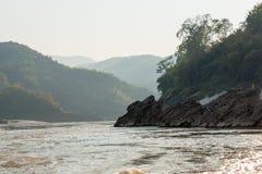 Pakbeng,老挝- 2015年3月03日:在湄公河的缓慢的小船巡航劈裂 图库摄影