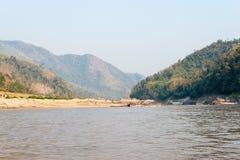 Pakbeng,老挝- 2015年3月03日:在湄公河的缓慢的小船巡航劈裂 库存照片