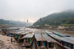 Pakbeng,老挝- 2015年3月04日:在Pakbeng村庄的慢小船 的treadled 免版税库存图片