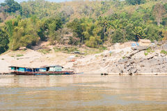 Pakbeng, Laos - 3 de março de 2015: O cruzeiro lento do barco no Mekong Rive Fotos de Stock Royalty Free