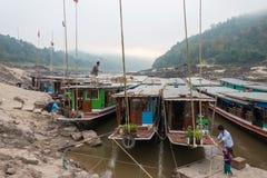 Pakbeng Laos, Mar 04 2015, -: Wolne łodzie przy Mekong rzeką w Pakbe Zdjęcia Royalty Free