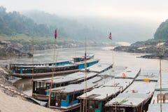 Pakbeng Laos, Mar 04 2015, -: Wolne łodzie przy Mekong rzeką w Pakbe Obrazy Stock