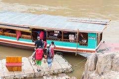 Pakbeng Laos, Mar 04 2015, -: Wolne łodzie przy Pakbeng wioską _ Obrazy Royalty Free
