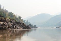 Pakbeng Laos - Mars 04 2015: Långsam fartygkryssning på Mekongen Rive Fotografering för Bildbyråer