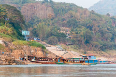 Pakbeng Laos - Mars 03 2015: Långsam fartygkryssning på Mekongen Rive Royaltyfri Bild
