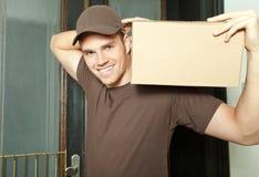 Paket auf Schulter Lizenzfreie Stockbilder
