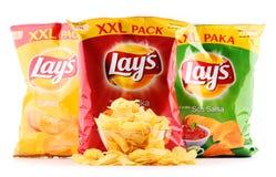 Paket av Lays potatischiper som isoleras på vit arkivfoton