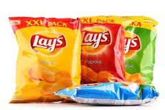 Paket av Lays potatischiper som isoleras på vit arkivbilder
