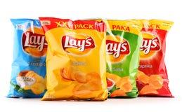 Paket av Lays potatischiper som isoleras på vit arkivbild