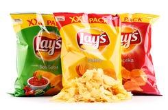 Paket av Lays potatischiper som isoleras på vit arkivfoto