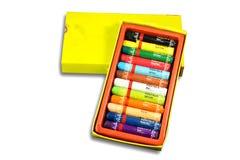 Paket der Ölpastellfarbe mit Namen von Farben für das Zeichnen auf weißen Hintergrund stockfotos