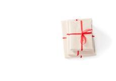 Paket eingewickelt mit braunem Papier lizenzfreie stockfotografie