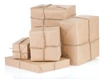 Paket eingewickelt mit gebundenem Seil des braunen Papiers Stockfotos