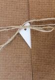 Paket gebunden mit weißer Schnur mit dem Adressen-Etikett befestigt Stockfotos