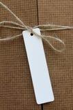Paket gebunden mit weißer Schnur mit dem Adressen-Etikett befestigt Stockfoto