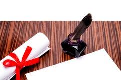 Paket mit einer Feder und einem Tintenfaß Stockbild
