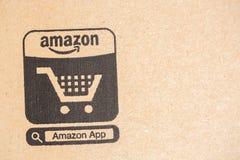 Paket-Paket Amazonas-höchster Vollkommenheit Nahaufnahme auf Ikone des elektronischen Geschäftsverkehrs Amazonas, ist ein amerika Lizenzfreies Stockbild