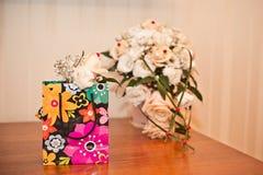 Paket und Blumen Stockfotos