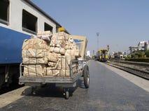Pakete an einem Bahnhof Lizenzfreie Stockfotos