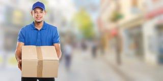 PaketZustelldienst-Kastenpaketauftrag, der Mannstadtfahne copyspace Kopienraum des Jobs jungen lateinischen liefert lizenzfreie stockfotos