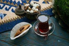 Pakhlava eller baklava med muttrar och honung royaltyfri foto