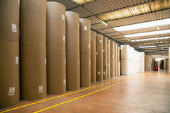 Pakhuis (document en cardoboard) in papierfabriek stock afbeeldingen