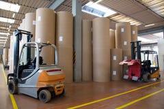 Pakhuis (document en cardoboard) in papierfabriek royalty-vrije stock afbeeldingen
