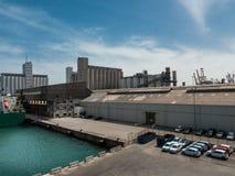 Pakhuis, dokken, silo's in de ladingshaven van Barcelona royalty-vrije stock foto
