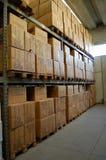 Pakhuis, dozen op shelfs Stock Afbeelding