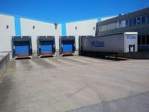 Pakhuis met ladingsdokken voor vrachtwagens Stock Afbeeldingen