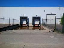 Pakhuis met overstroomde ladingsdokken voor vrachtwagens Royalty-vrije Stock Fotografie