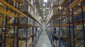 Pakhuis met rekkenhoogtepunt van diverse koopwaar stock videobeelden