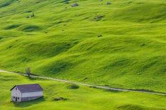 Pakhuis onder groene heuvels Stock Afbeeldingen