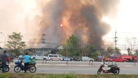 Pakhuis op brand stock videobeelden