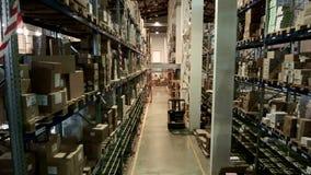 Pakhuis op verscheidene niveaus van de farmaceutische industrie, de laderarbeiders stock videobeelden