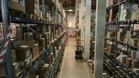 Pakhuis op verscheidene niveaus van farmaceutische productie, de laderarbeiders stock video