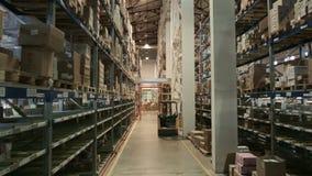 Pakhuis op verscheidene niveaus van farmaceutische productie, de laderarbeiders stock footage