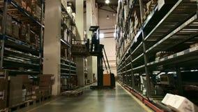 Pakhuis op verscheidene niveaus van farmaceutische productie, de laderarbeiders stock videobeelden