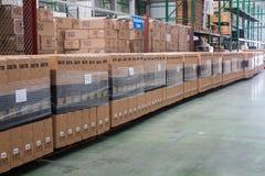 Pakhuis Rijen van planken met dozen klaar voor verzending stock foto