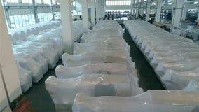 Pakhuis van houtbewerkingsmachines klaar voor verzending aan de consument Moderne klaar productie van CNC werktuigmachines, stock videobeelden