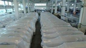 Pakhuis van houtbewerkingsmachines klaar voor verzending aan de consument Moderne klaar productie van CNC werktuigmachines, stock video