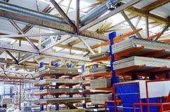 Pakhuis van spaanplaten of spaanplaten materail voor steun de meubilairfabrikanten Productieruimte stock afbeelding