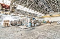 Pakhuis van staalrollen Mede industriële omgeving en zaken Stock Afbeeldingen