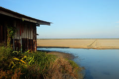 Pakhuis voor sparen zout en Zout Filed, Na Klua, Phetchaburi, Thailand Stock Afbeelding