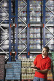Pakhuisarbeider die Inventaris controleren stock foto's