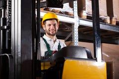 Pakhuisarbeider op vorkheftruck stock foto