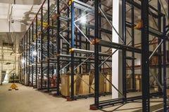 Pakhuisbinnenland met lege planken Stock Fotografie