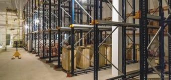 Pakhuisbinnenland met lege planken Stock Foto