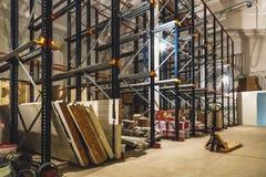 Pakhuisbinnenland met lege planken Royalty-vrije Stock Afbeelding