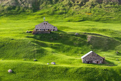Pakhuizen onder groene heuvels Stock Foto's